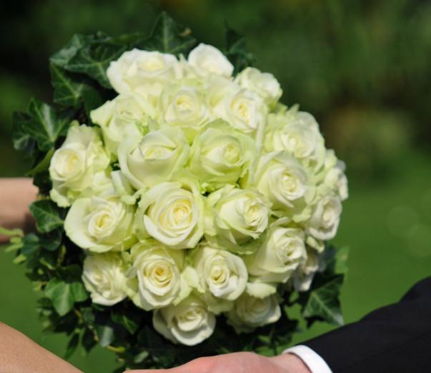 Weißer Rosen Brautstrauß