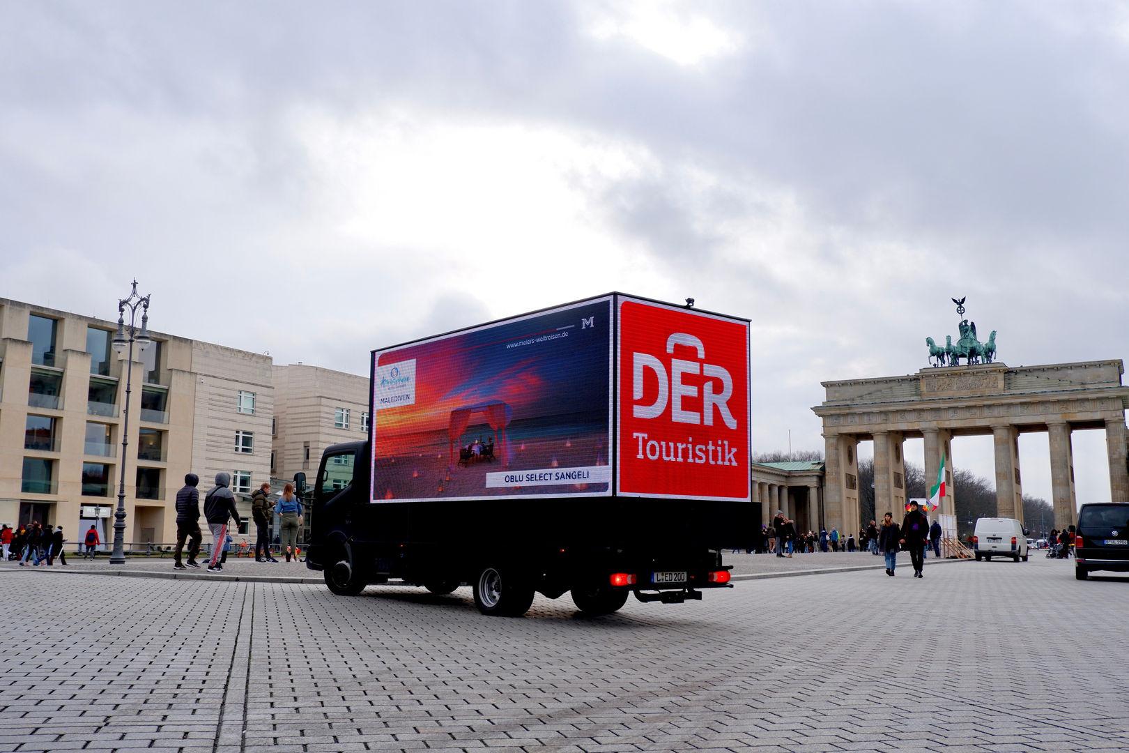 Mobile, digitale Werbung vor dem Brandenburger Tor