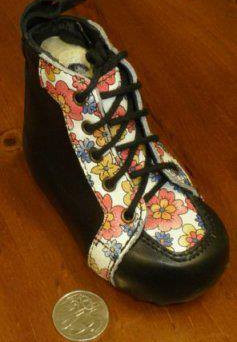 Children's boot with floral and black leather