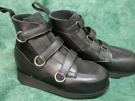 Bleck leather and mesh boots with D-ring embelishment at the end of velcro fastening