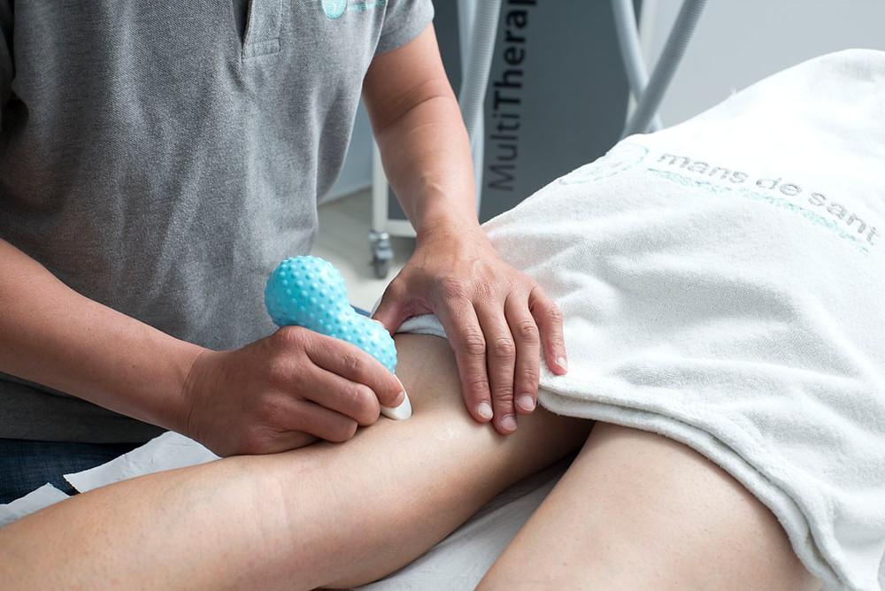 Un fisioterapeuta de Mans de Sant hace un masaje en Sant Cugat