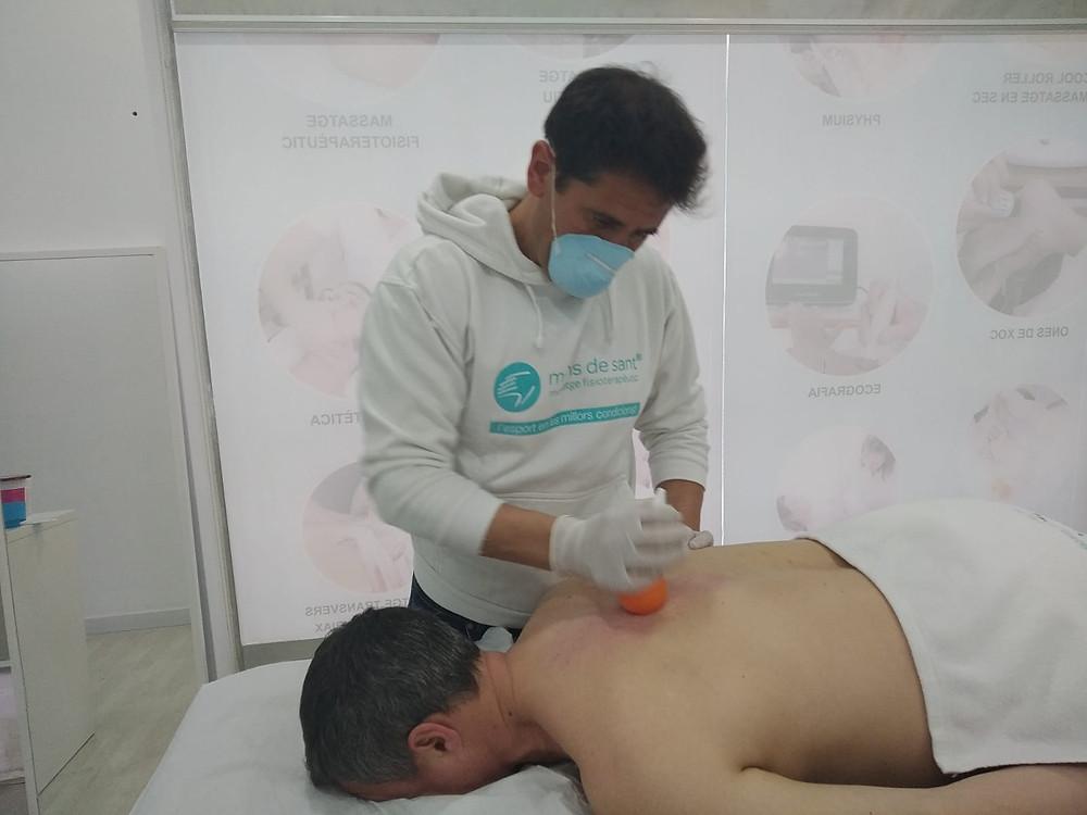 Un fisioterapeuta de Mans de Sant hace un tratamiento de fisioterapia con Cool Roller a un paciente en Sant Cugat