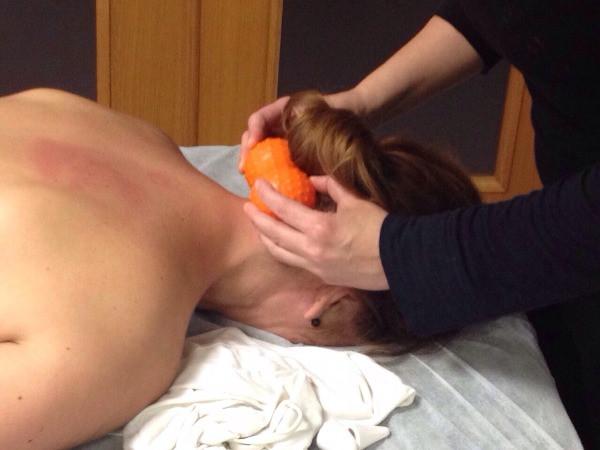 Un fisioterapeuta de Mans de Sant fa un massatge