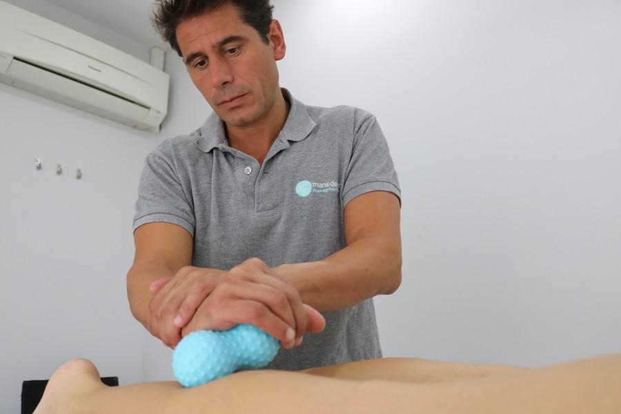 El fisioterapeuta de Mans de Sant, de Sant Cugat, hace un masaje de fisioterapia a un paciente