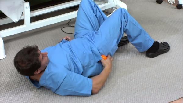 Ivan Alòs fa una massatge amb fisioterapia amb Cool Roller al gluti a Sant Cugat
