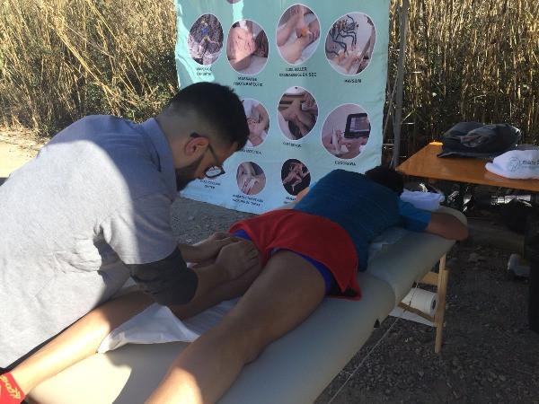 Un fisioterapeuta de Sant Cugat trata una lesión a un corredor con fisioterapia