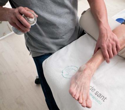 Un fisioterapeuta de Mans de Sant tracta amb fisioteràpia un pacient a Sant Cugat