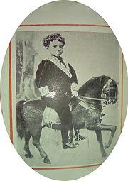 Alfonso_XIII___original_a_caballo_con_7_