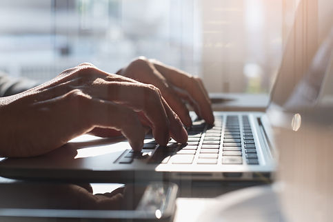 Laptop und Computer zur Online Immobilienbewertung