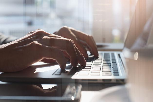 Immobilieneigentümer nutzt am Laptop die Online Immobilienbewertung der Christian Hellman Real Estate