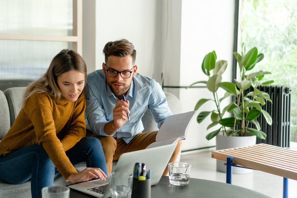 Paar sucht nach einer Immobilie in Düsseldorf zur Miete oder zum Kauf und durchforscht Immobilienangebote