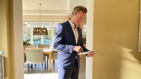 Immobilienmakler Christian Hellmann Real Estate bewertet eine Immobilie in Düsseldorf
