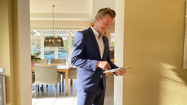 Immobilienmakler Christian Hellman Real Estate bewertet ein Immobilie persönlich in Düsseldorf