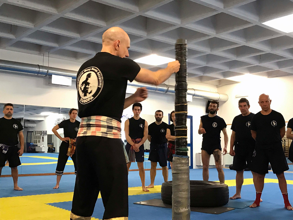 Muay Lert Rit -harjoittelua opettaa Grandmaster Marco De Cesaris