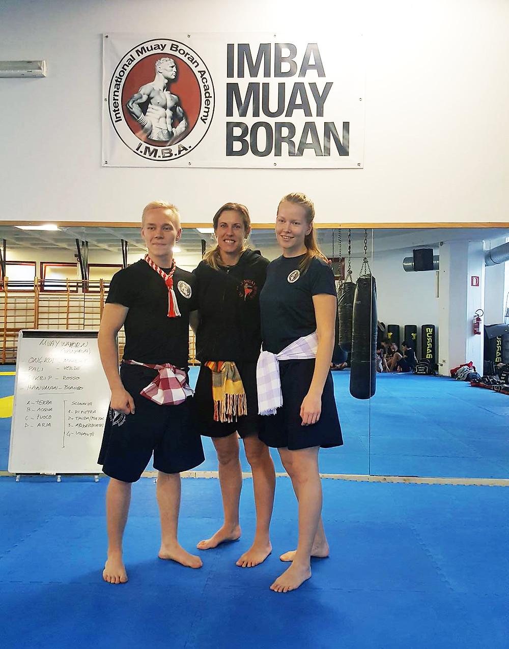 Kuvassa vasemmalta Dani Warnicki, mestari Maria Vallone ja Anni Paavilainen, IMBA Muay Boran