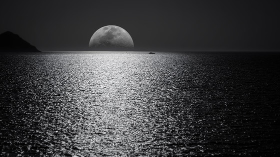 Sparkling Glints on Ocean Tides