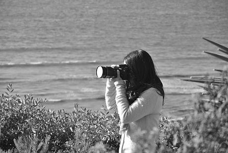 photographer-ocean-woman-with-camera-center-591670.jpeg