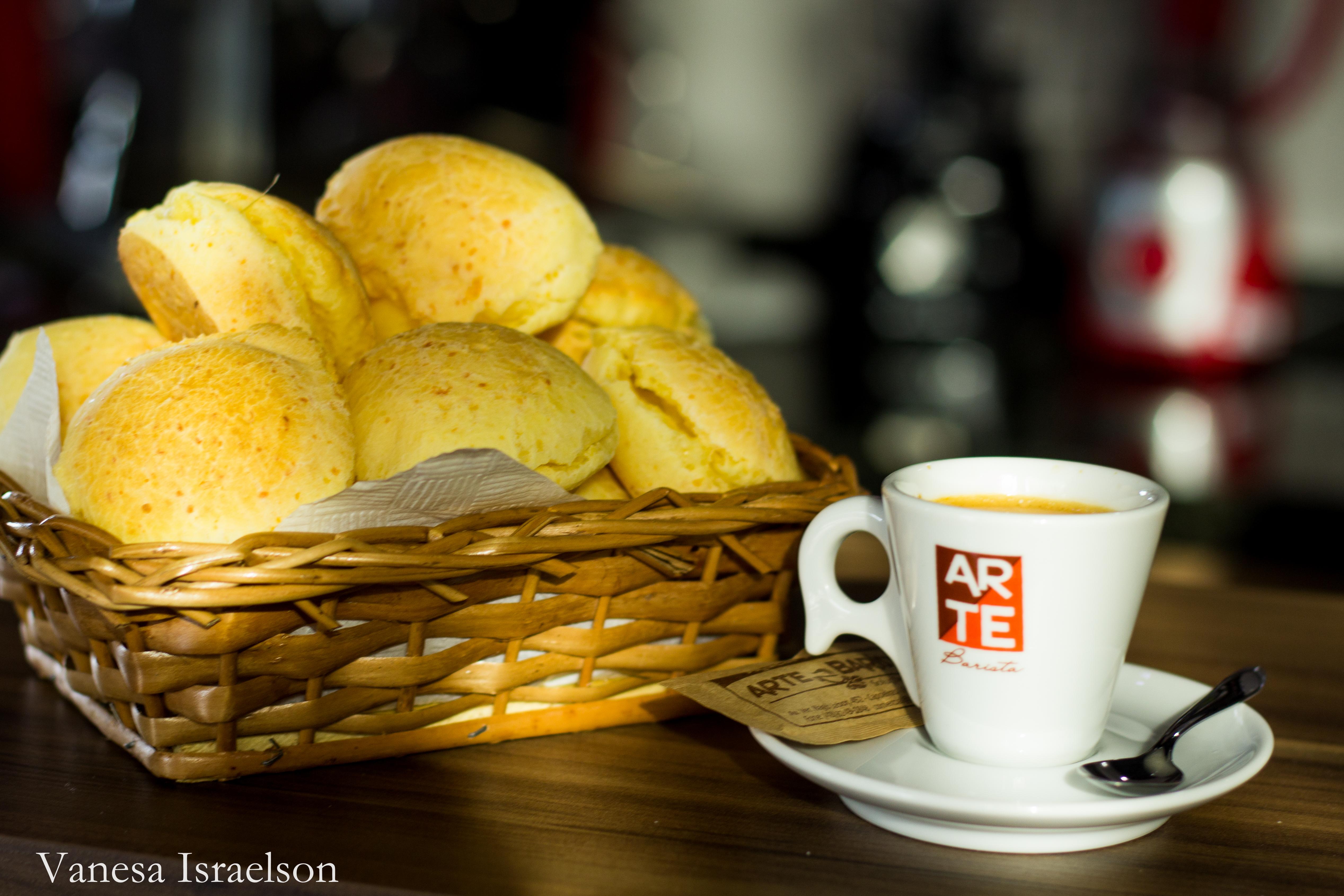 Tradicional café com pão de queijo
