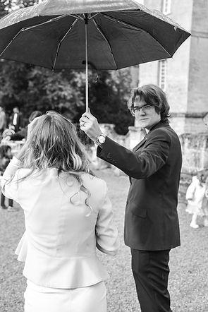 homme tient parapluie