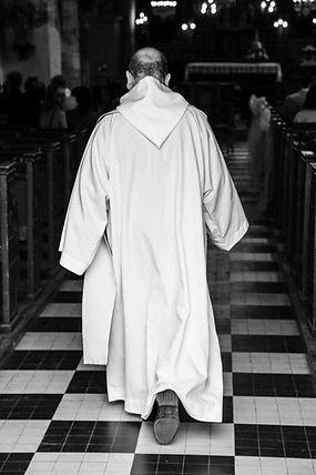 entree du pretre eglise