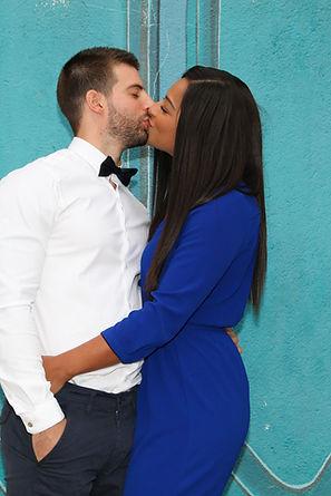 porte colorée et couple qui s'embrasse