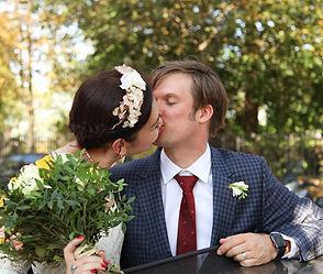 mariés qu s'embrassent