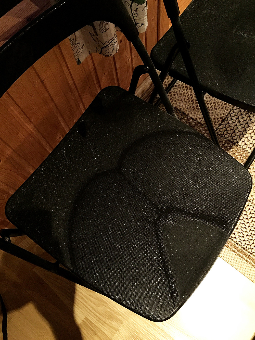 Funny moment when I bring in a overnight chair from outside for our breakfast, and it was sticky when I try to stand up as there are ice on it! Well, this is the shape of my asses~