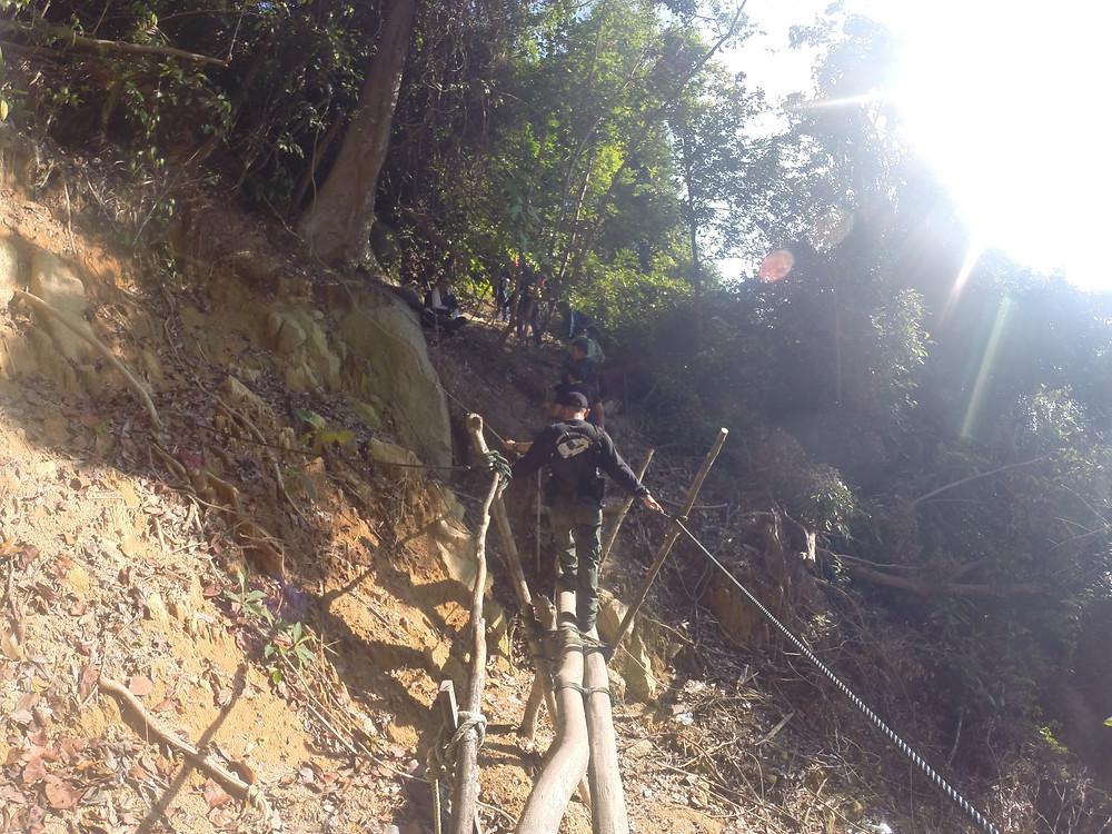 小山崩旁的临时小路。