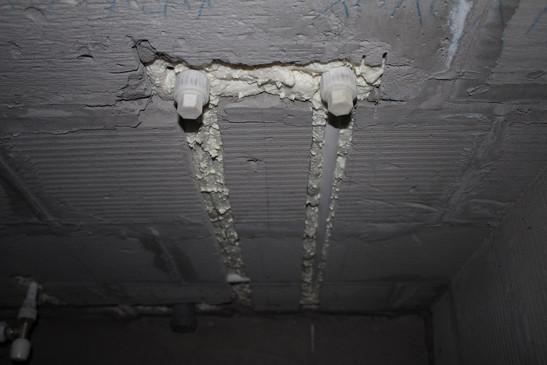 Монтаж горячего и холодного водоснабжения в штробе выход для ванной.