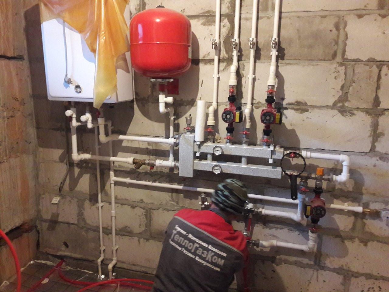 Вариант обвязки настенного газового котла насосными группами отечественного производителя тоже что и Meibes только изделия ниже качеством и конструкция более примитивная хотя тоже позволяет распределить тепловые контуры, высокотемпературные для радиаторов отопления, низкотемпературные для системы теплых полов, возможность подключения к каждому контуру погод зависимой автоматики, что еще больше позволит экономить энергию (деньги) и более точно настраивать температуру в помещении. Продлевает срок службы котла.