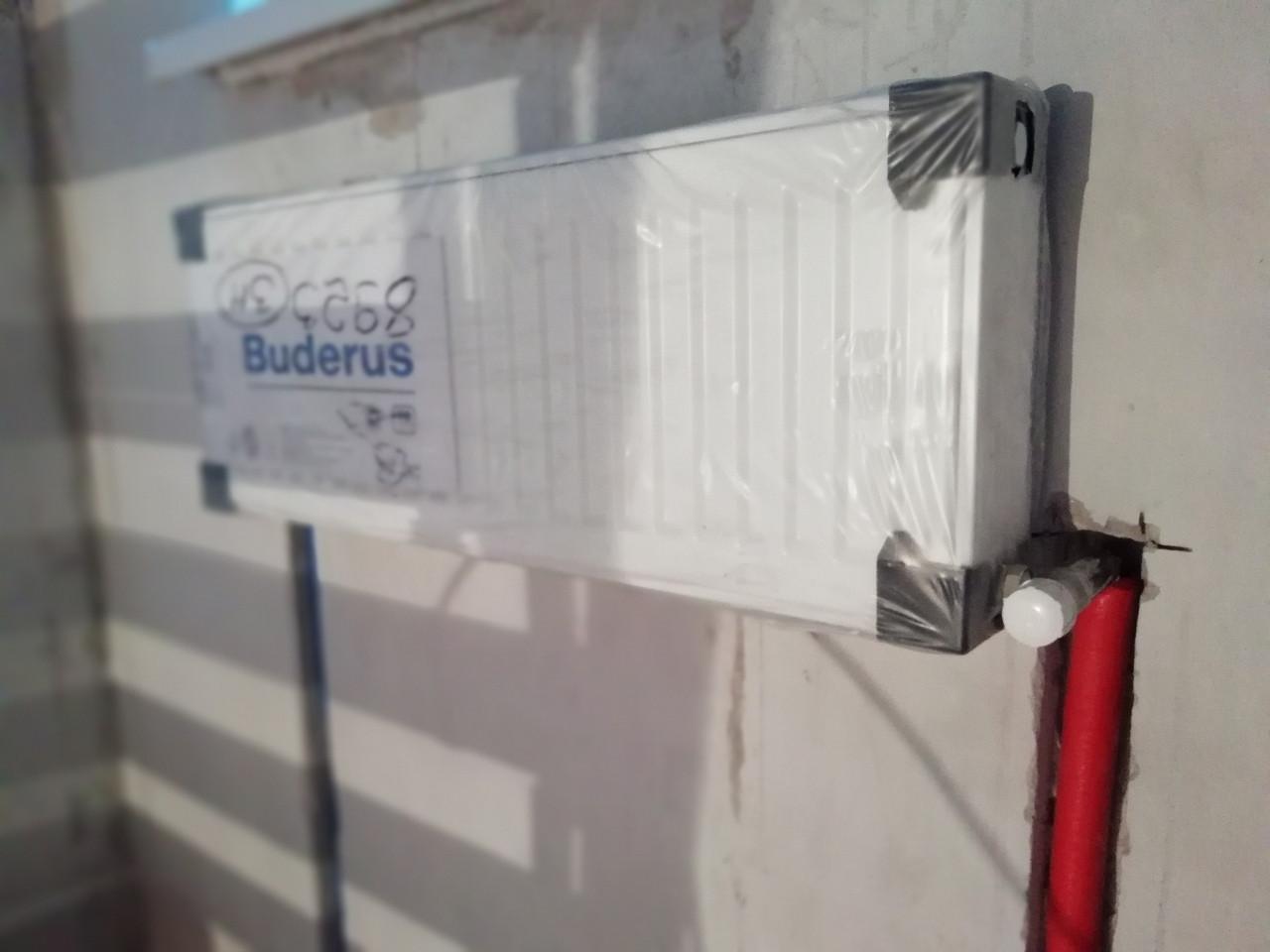 Стальной конвектор с боковым подключением с низу, подключение из стены, скрытое, лучевой системы отопления, труба для подключения: высоко температурный сшитый на молекулярном уровне полиэтилен.