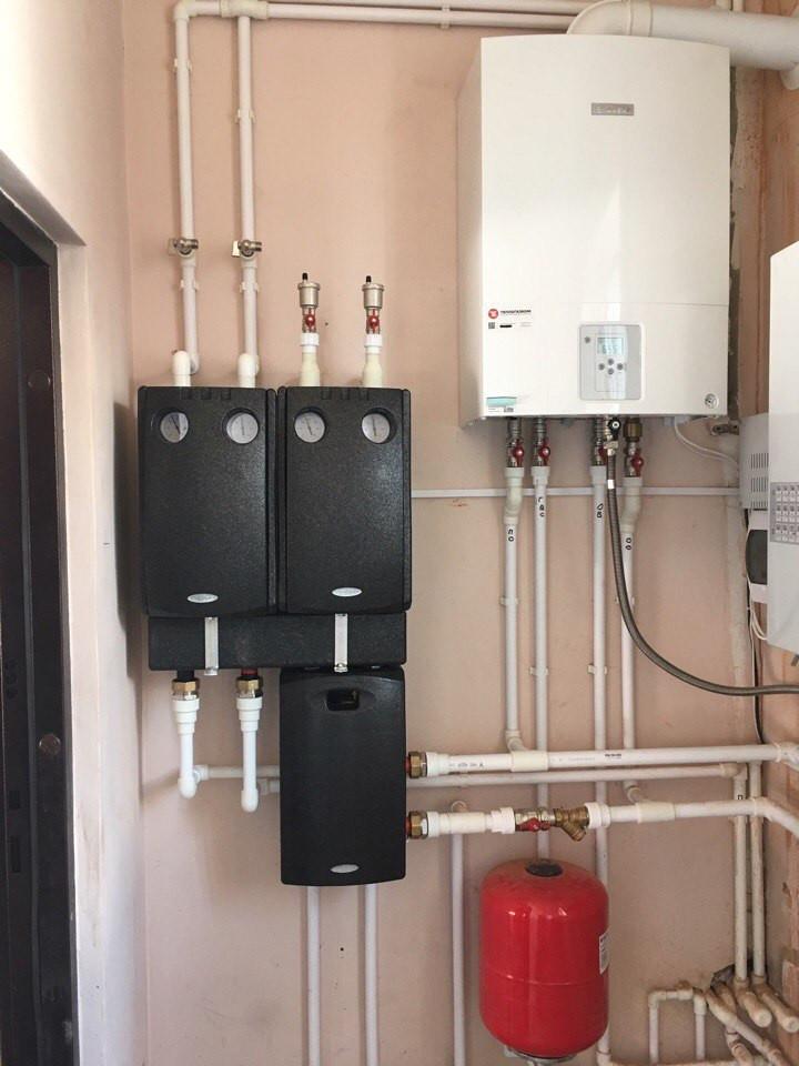 Вариант обвязки настенного газового котла насосными группами Meibes позволяет правильно распределить тепловые контуры, высокотемпературные для радиаторов отопления, низкотемпературные для системы теплых полов, возможность подключения к каждому контуру погод зависимой автоматики, что еще больше позволит экономить энергию (деньги) и более точно настраивать температуру в помещении. Продлевает срок службы котла.