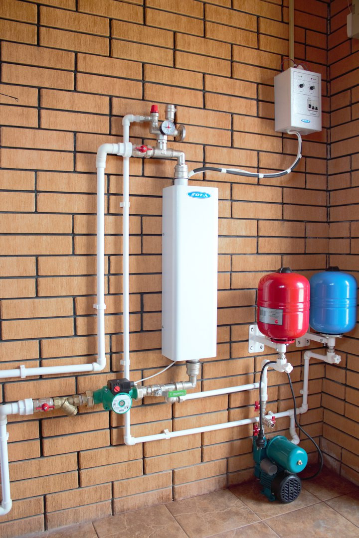Вариант системы отопления где в качестве источника тепла служит электрический котел. Для эффективной работы котла мощностью до 9квт. можно подключать к сети 220в., более мощным котлам необходимо напряжение 380в.