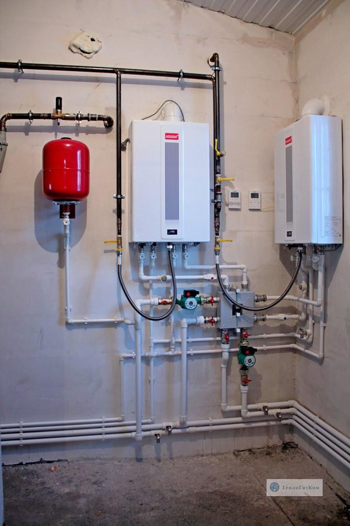 При большом объёме помещения где возможность обычного конвекционного котла ограничена мощностью до 35 кв. а конденсационный котел не проходит по бюджету существует вариант каскадной системы, с двумя и более настенными котлами, подключенными к одной системы отопления.