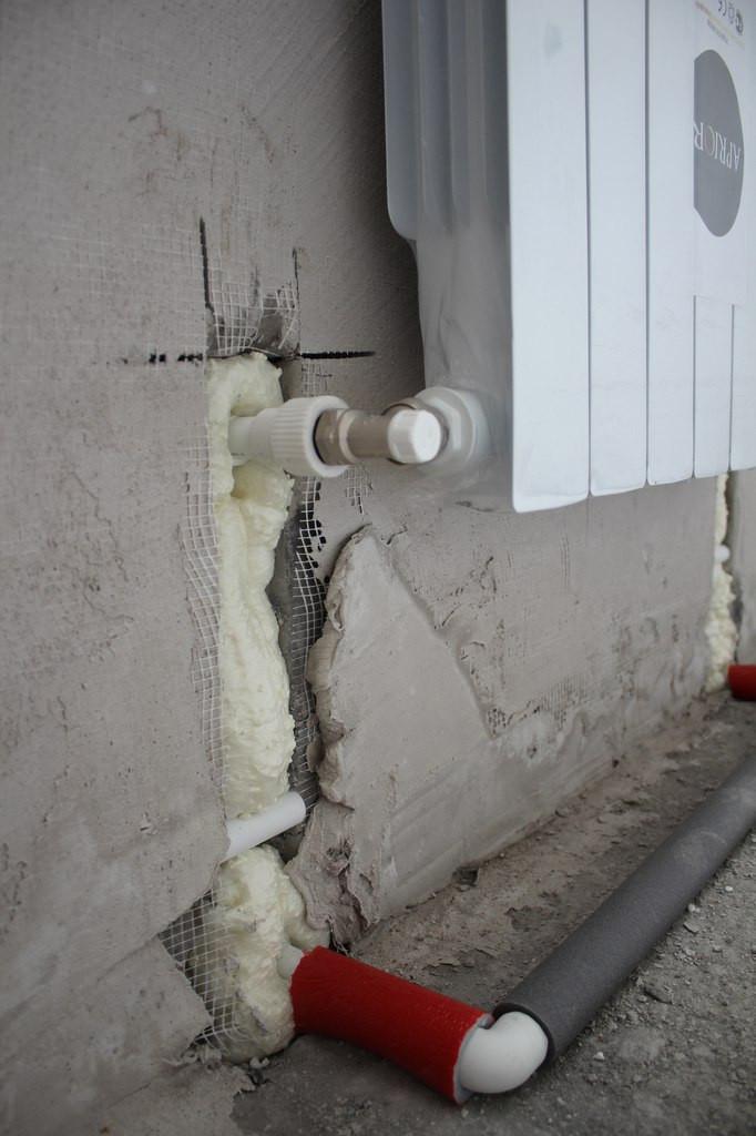 Алюминиевый радиатор с боковым подключением с низу, подключение из стены, скрытое, система отопления двух трубная, труба для подключения: полипропилен.
