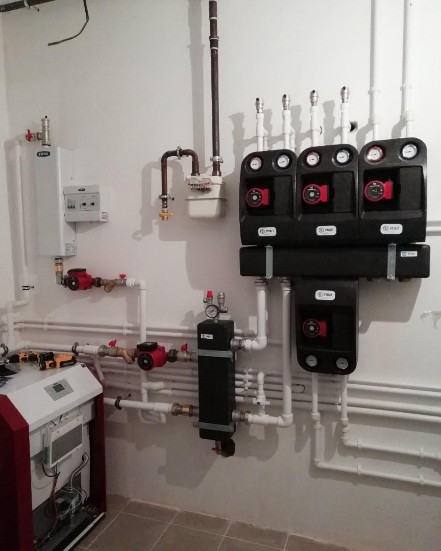 Вариант системы отопления с напольным чугунным газовым котлом. Плюсы и минусы  + Долговечный чугунный теплообменник (при условии правильного монтажа если монтаж котла был совершён не квалифицированно, то теплообменник может лопнуть. - 1) Стоимость котла в отличии от настенного в разы дороже.2) Дополнительные расходы на комплектующие для обвязки котла (насос, бак…) 3) Дорогостоящая дымоходная труба плюс её монтаж.