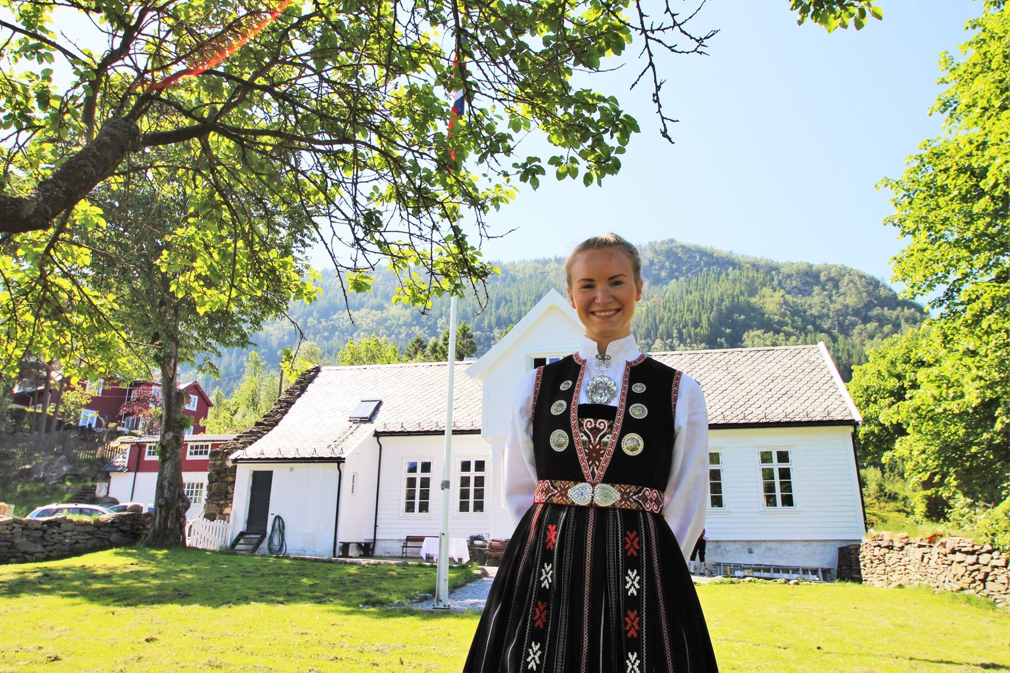 Jente i bunad på Øvre-Eide Gård
