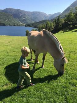 Gutt og hest på Øvre-Eide Gård