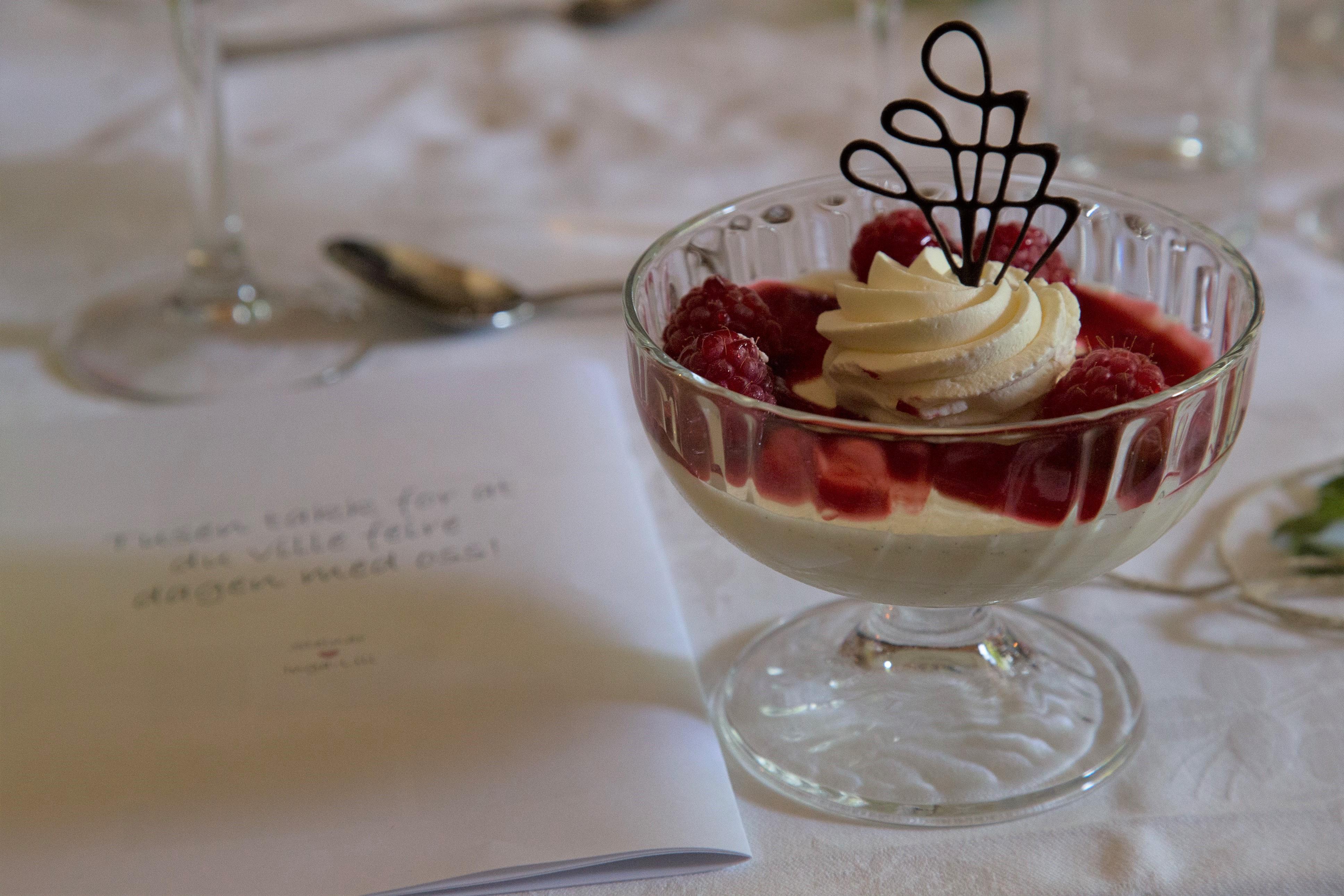 Dessert i selskap på Øvre-Eide Gård i Bergen