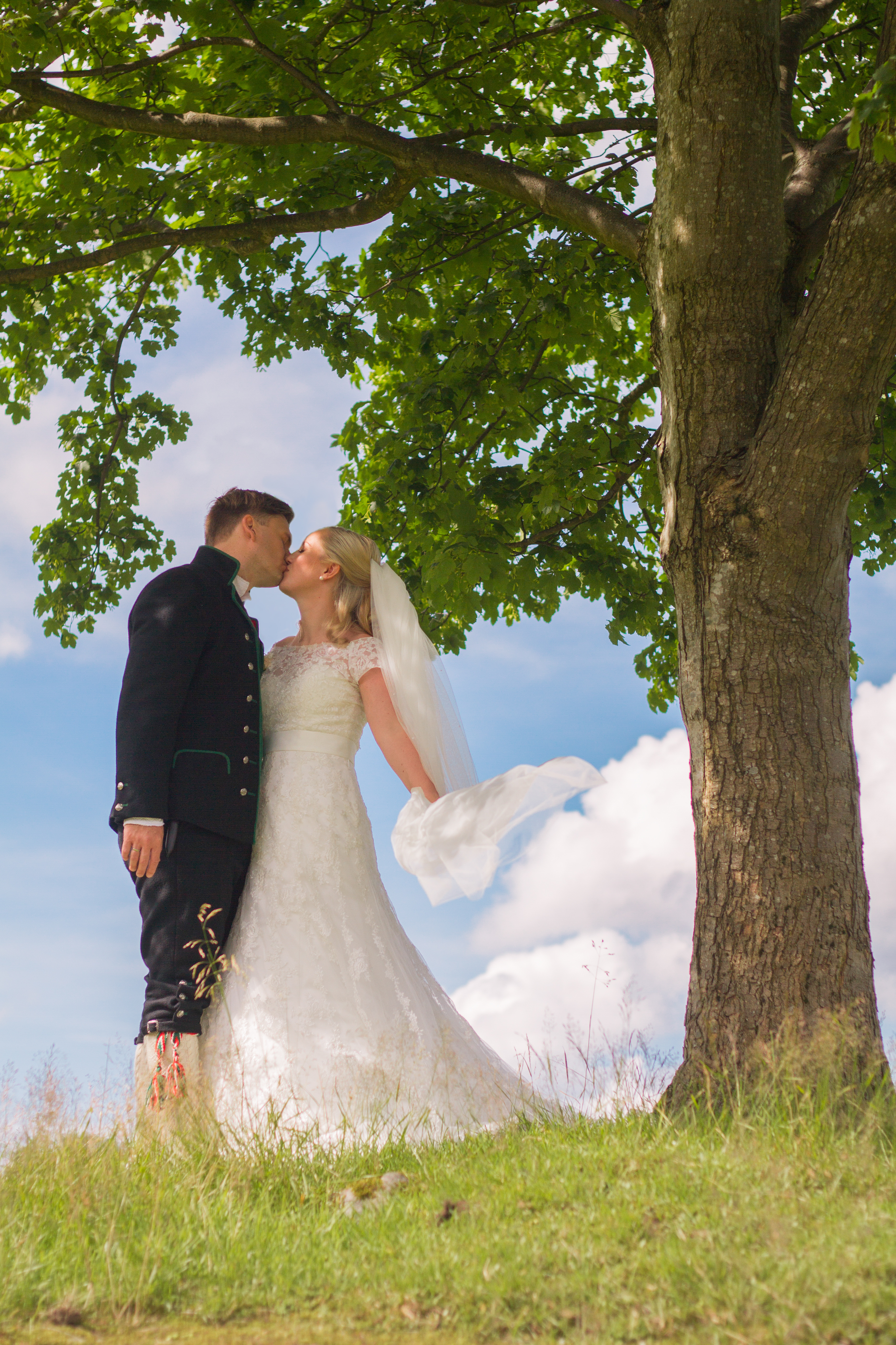 Brudepar på marken Øvre-Eide Gård