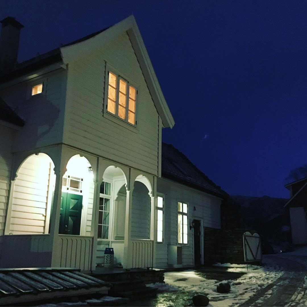 Hovedhuset på idylliske Øvre-Eide Gård i Bergen