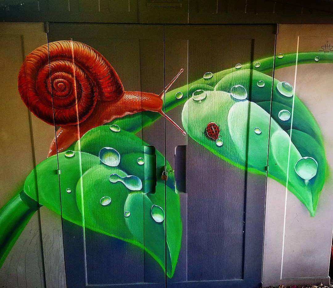 עלים עם טיפות וחילזון שיר למדן Shir Lamdan ציור על מחסן בצבעים אקרילים גודל: 1.5x2 מטר רמת פירוט: בינונית משך עבודה: יום וחצי מחיר: 1800 ש״ח
