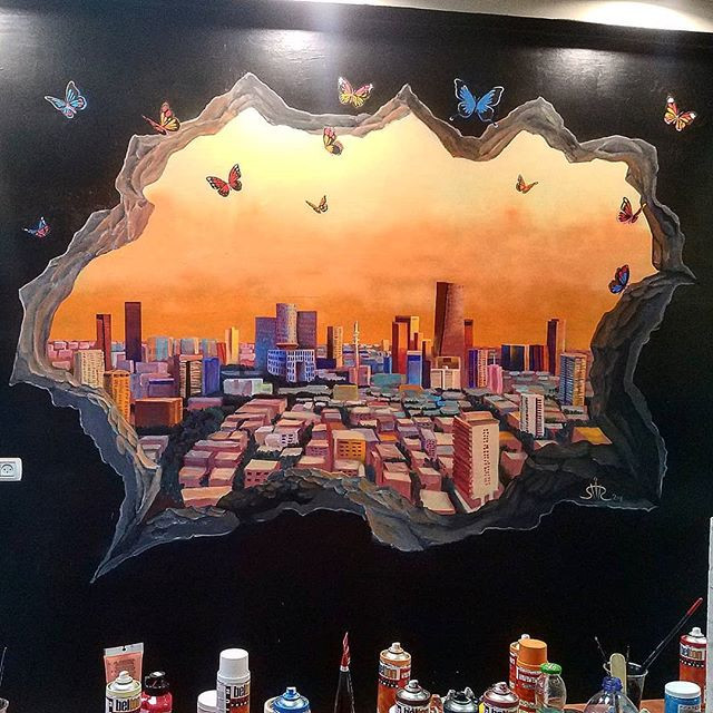 ציור קיר למשרד של Be Tel Aviv tours תל אביב בשקיעה דרך חור בקיר ופרפרים שיר למדן Shir Lamdan גודל: 2x2.5 מטר רמת פירוט: גבוהה משך עבודה: יומיים  מחיר: 2300 ש״ח
