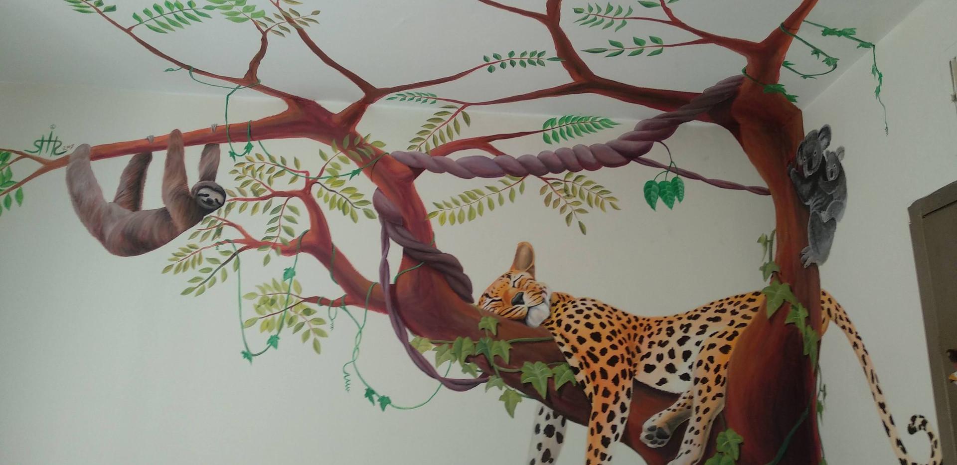 עץ עם חיות ציור פינתי לחדר ילדים בצבעי ספריי ואקריליק שיר למדן Shir Lamdan גודל: 2.5x2 מטר רמת פירוט: בינונית - גבוהה משך עבודה: יומיים  מחיר: 2200 ש״ח