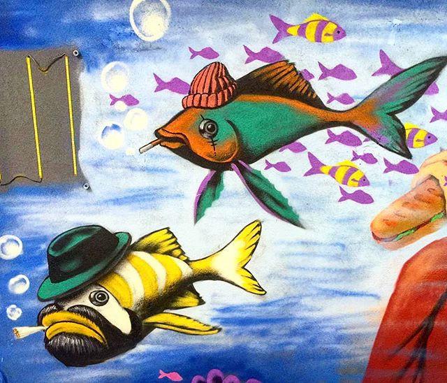 דגים היפסטרים שיר למדן Shir Lamdan ציור קיר הומוריסטי בספריי לבית עסק ״צ׳וריסו״ בתל אביב   גודל: 2x2.5 מטר רמת פירוט: בינונית משך עבודה: יום וחצי  מחיר: 2000 ש״ח