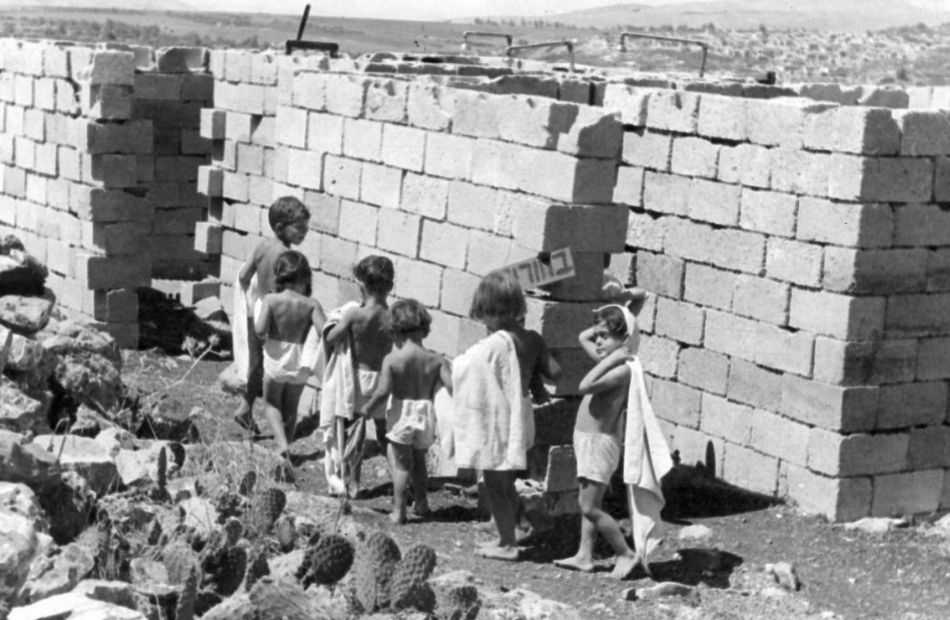 הילדים הולכים להתקלח במקלחת הציבורית 1952