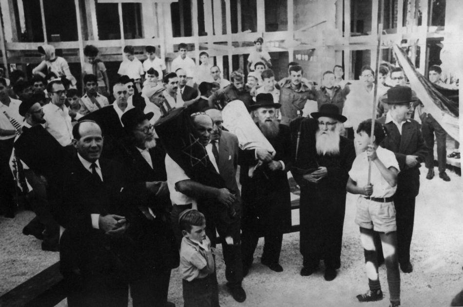 חנוכת בית הכנסת   מכובדים הרב אריה לוין והרב רפאל הכהן קוק 1962