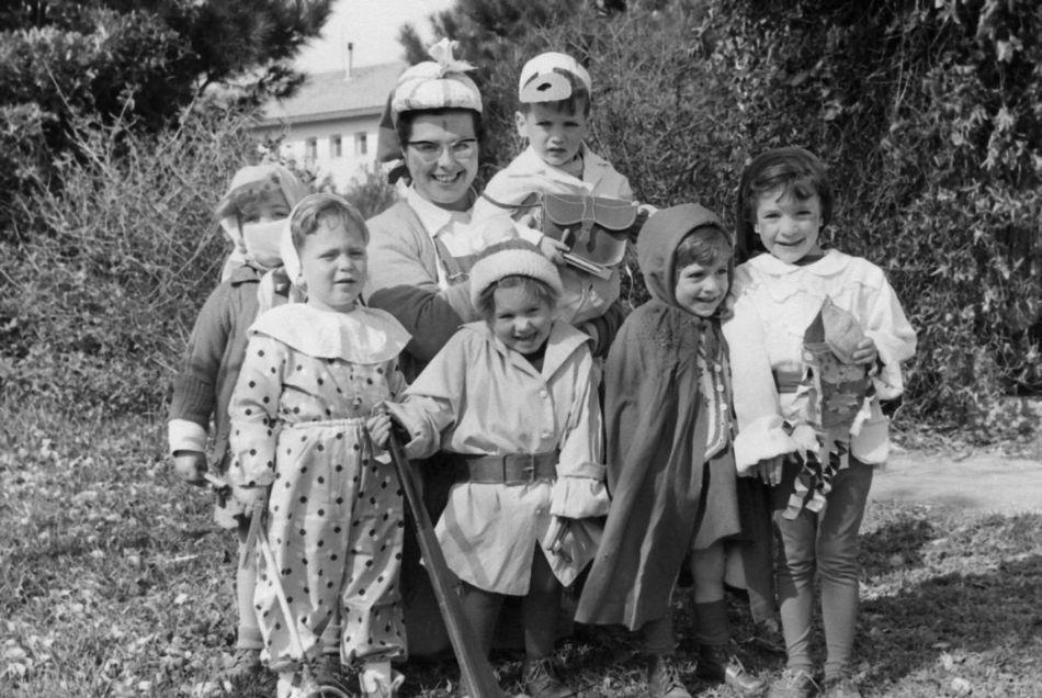 מטפלת עם ילדים בפורים 1964