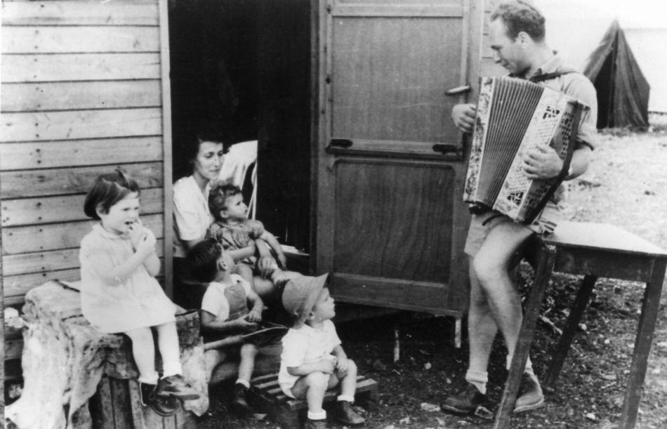חבר מנגן לילדים מחוץ  לצריף 1949