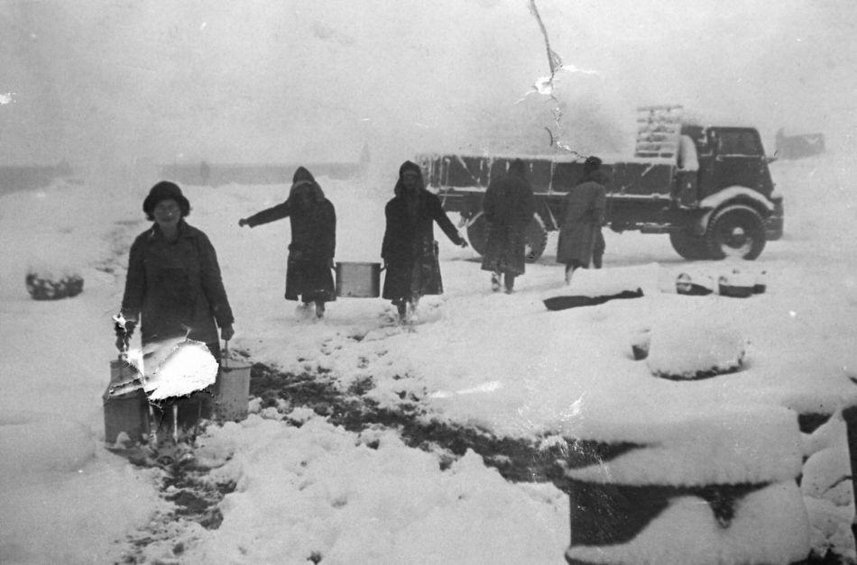 מביאים אוכל לילדים בשלג 1950